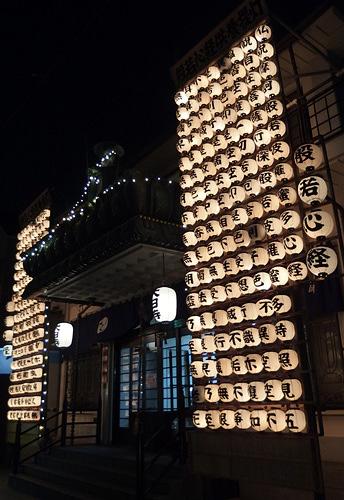 2014提灯で飾られた寺