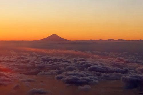 201712飛行機から見た富士山夕景
