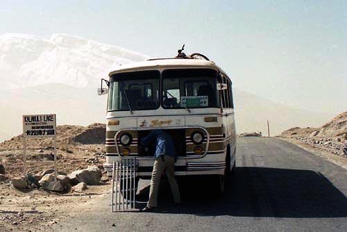カラクリ湖畔でバスの修理