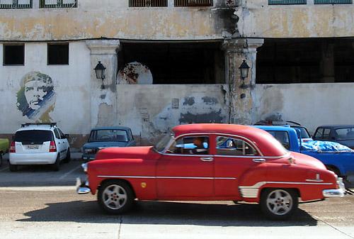 ハバナ、ゲバラの肖像画とクラシックカー